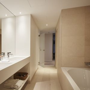 http://www.moderntimes-hotel.ch/application/files/thumbnails/thumb_list_2x/7814/5855/4540/salle_de_bain_junior_suite.jpg